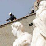La chimenea fue colocada sobre las tejas de terracota que coronan el tejado de la capilla. FOTO EDH Agencias.