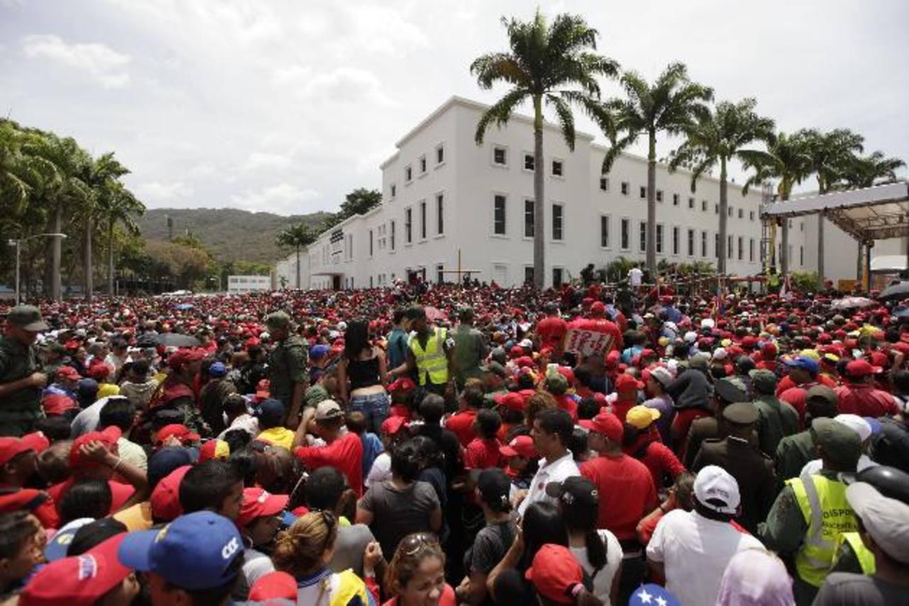 Centenares permanecen en los alrededores de la Academia militar donde permanecen los restos del mandatario venezolano