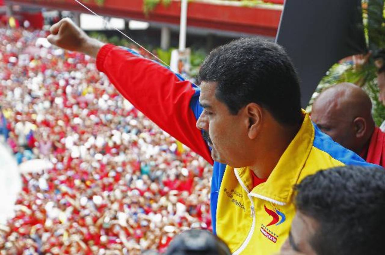Madura saludó a miles de seguidores durante su inscripción como candidato presidencial. Foto Reuters