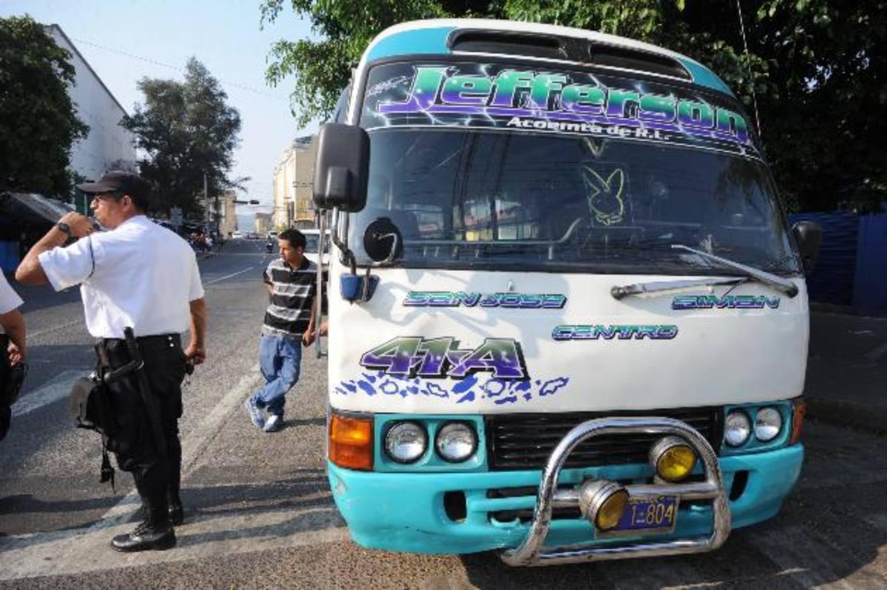 El chófer de la unidad fue detenido por no portar licencia de conducir ni carné de motorista. Foto EDH/ Claudio Castillo