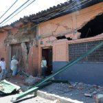 Varias viviendas del barrio El Pilar resultaron dañadas ayer por la madrugada al estrellar una rastra, al parecer por fallas mecánicas. Foto EDH / Claudia Castillo.
