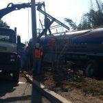 Trabajadores de la empresa eléctrica repararon los daños en el servicio de energía. Foto vía Twitter Mauricio Pineda