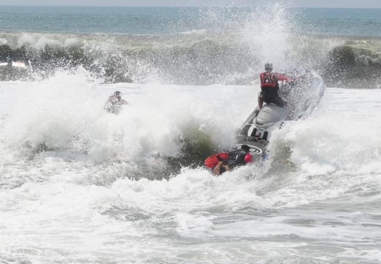 Policías de la Unidad Marítima realizan un simulacro de rescate en la playa La Zunganera, La Paz. Foto EDH / Mauricio Cáceres.