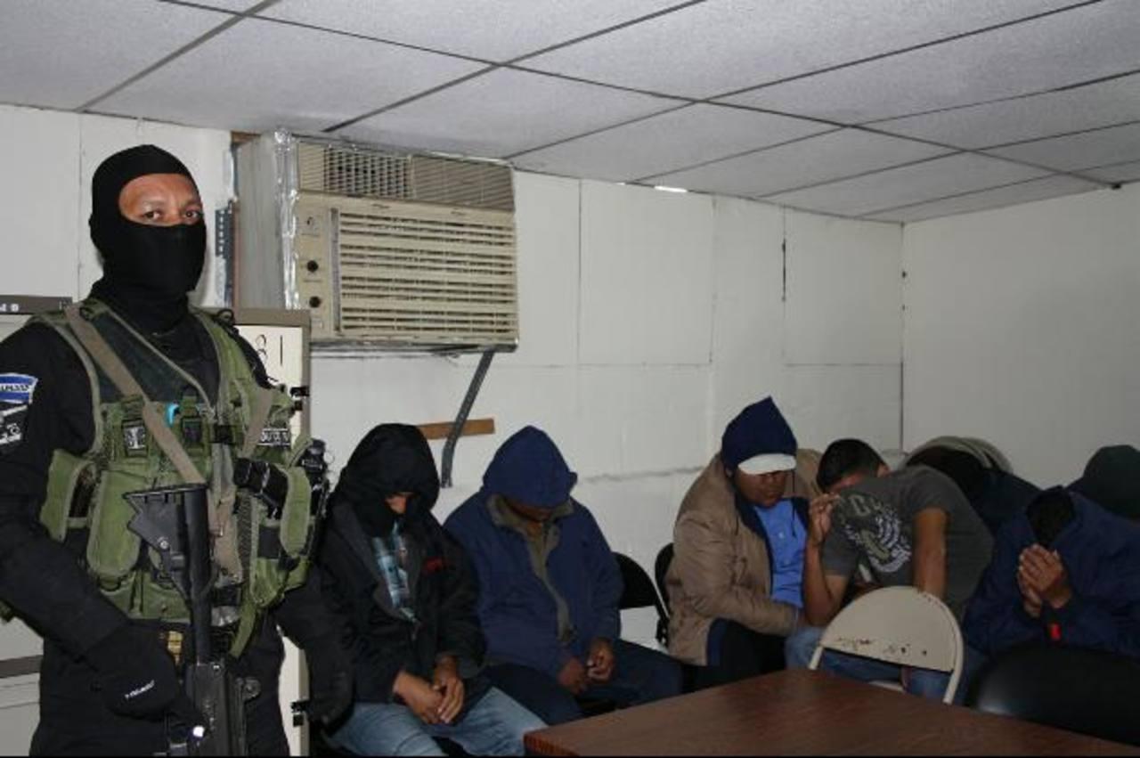 Esta fotografía de los policías acusados fue proporcionada por la Unidad de Comunicaciones de la Fiscalía, que es una de las partes obligada a respetar la reserva. Foto EDH / Cortesía FGR