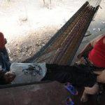 Carlos Rosales descansa en la hamaca en su vivienda, junto a él están sus padres. Foto EDH / lissette monterrosa