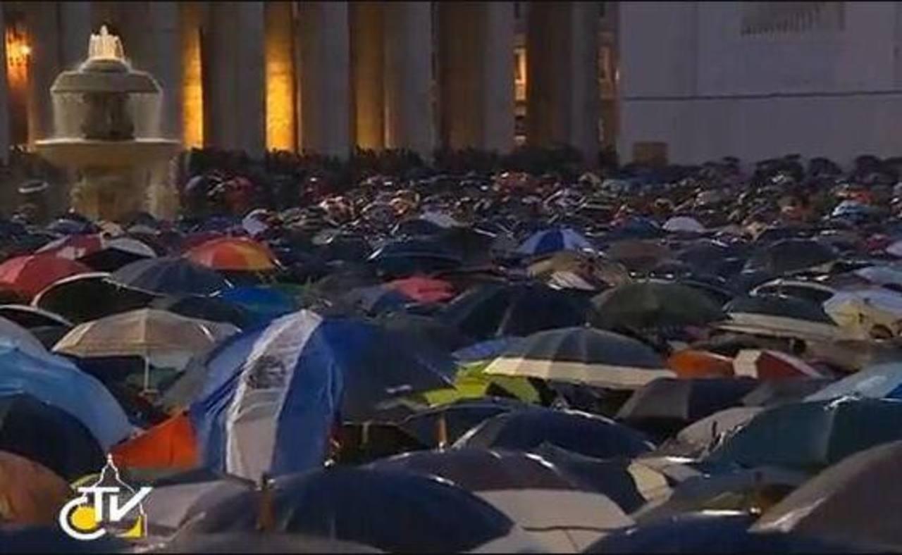 Una bandera de El Salvador entre miles de paraguas de feligreses que esperan tercera fumata en el Vaticano. Foto/ Reuters