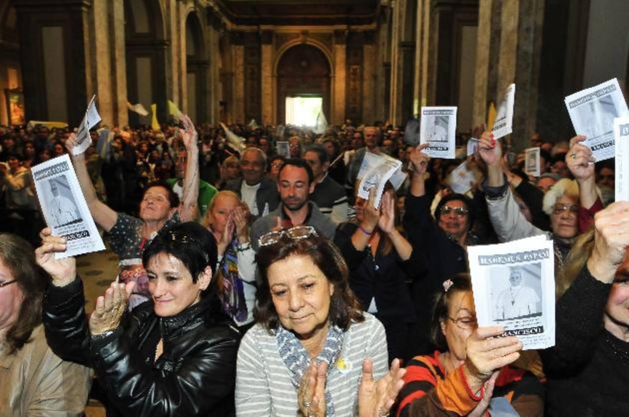 Fieles argentinos asisten a una misa dirigida por el Nuncio Apostólico en Argentina, el suizo Emil Paul Tscherrig.