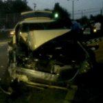 En la imagen el accidente entre un taxi y un pick up ocurrido esta madrugada sobre el kilómetro 10 y medio de la Troncal del Norte. Hubo ocho lesionados. Foto tomada del Twitter de @UrquilloSV (periodista canal 33)
