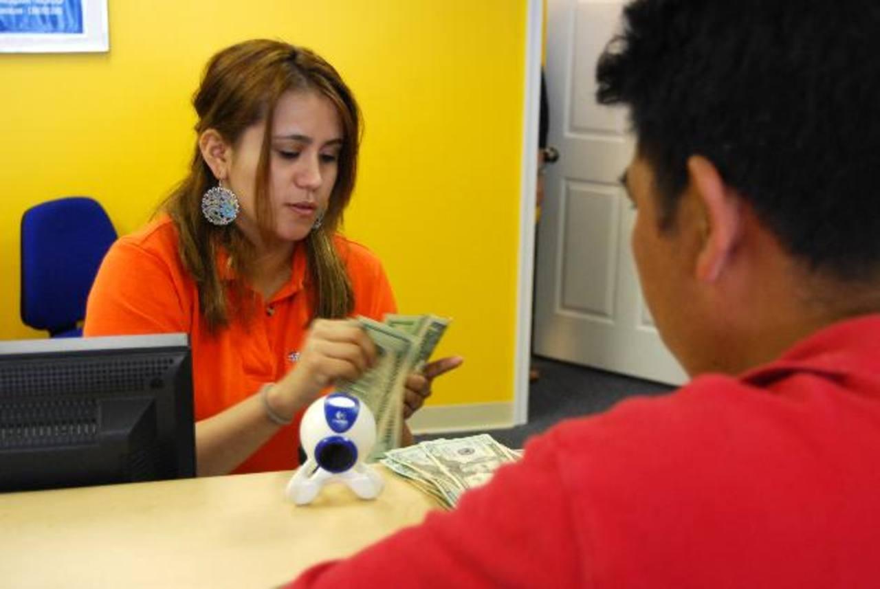 Las remesas que los salvadoreños recibieron en febrero sumaron 300.2 millones de dólares. foto eDH/ archivo