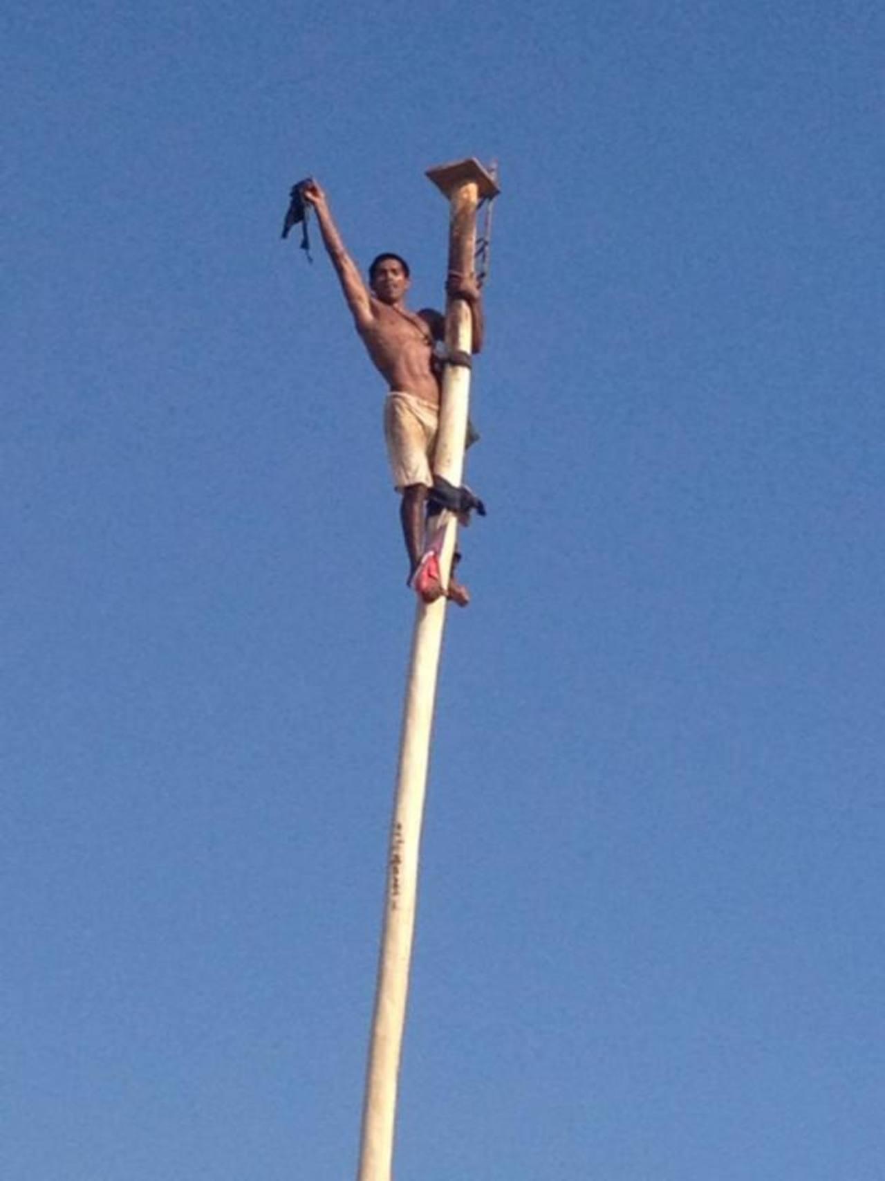 Durante la Feria Josefina hubo actividades y concursos como el del palo encebado.