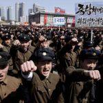 Estudiantes norcoreanos durante una marcha en la plaza Kim Il Sung, en apoyo al régimen de Pyongyang. Foto EDH / AP