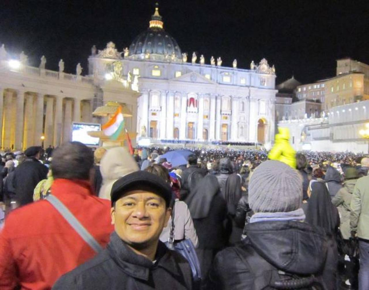El sacerdote salvadoreño Fernando Orellana estuvo en la Plaza de San Pedro desde las 4:30 de la tarde. Foto EDH / Cortesía