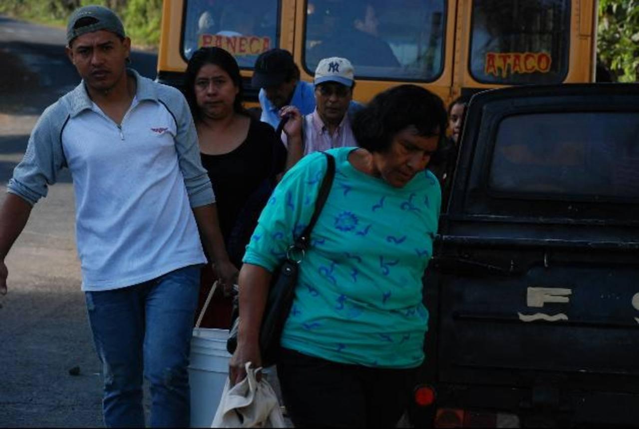 Las personas se quejan de que ahora deben caminar más para tomar una unidad del transporte. foto edh / CRISTIAN DÍAZ