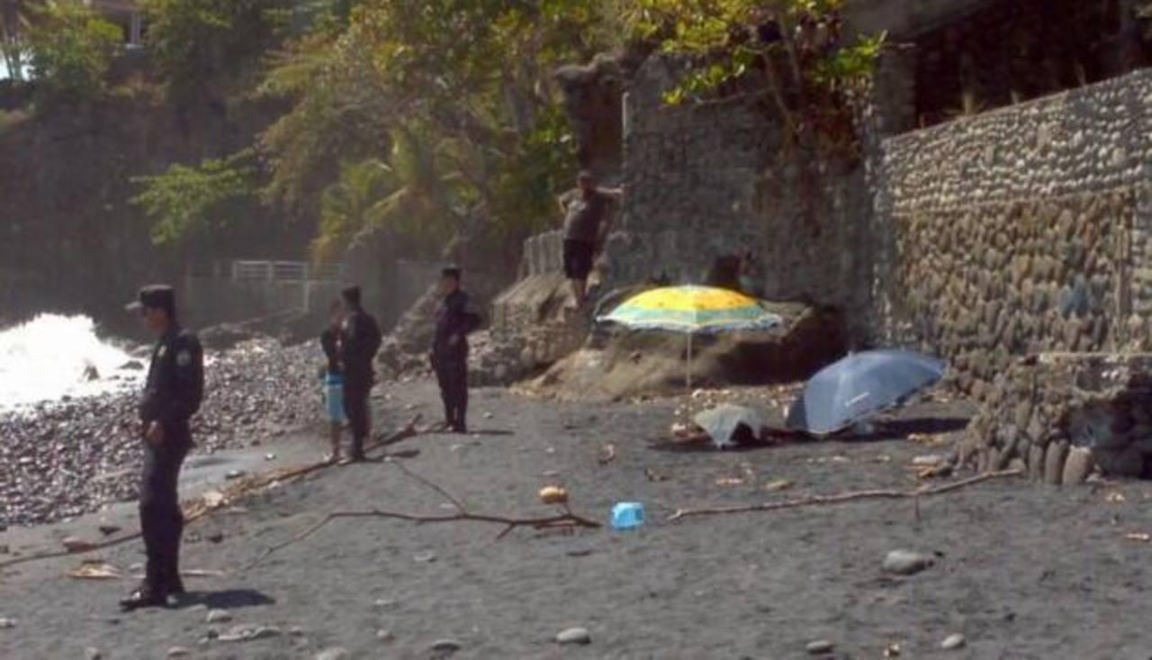 Dos hermanos murieron ahogados en la playa El Zonte, La Libertad, esta mañana. Foto EDH Mario Amaya
