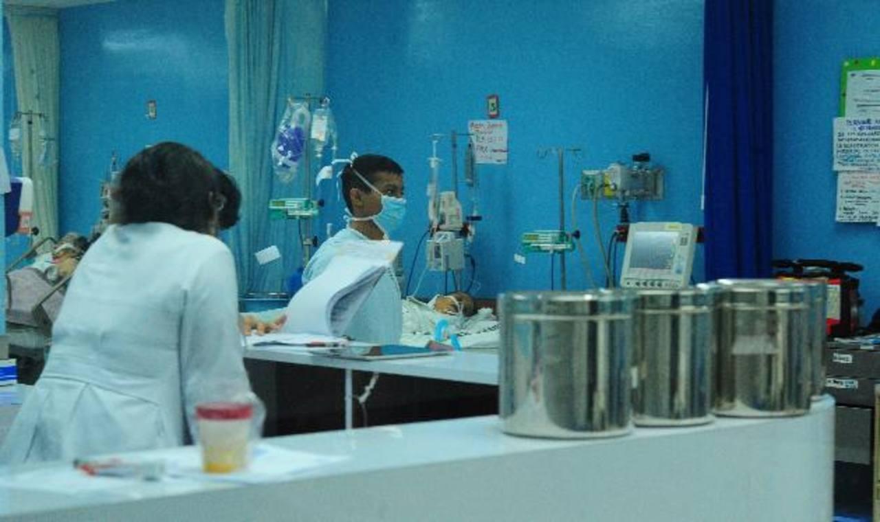 Un paciente es atendido por Personal de la Unidad de Cuidados Intensivos central del Rosales. Foto EDH / ARCHIVO