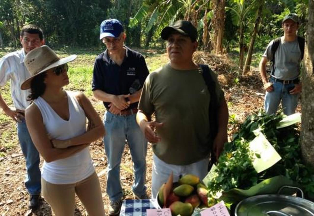 En El Salvador, hablando con los agricultores acerca de una nueva iniciativa de cacao!, escribió Longoria en el portal Whosay