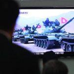 """Personas en Corea del Sur miran un reporte televisivo que muestra los tanques del ejército norcoreano, luego de que Corea del Norte decretara """"estado de guerra"""""""