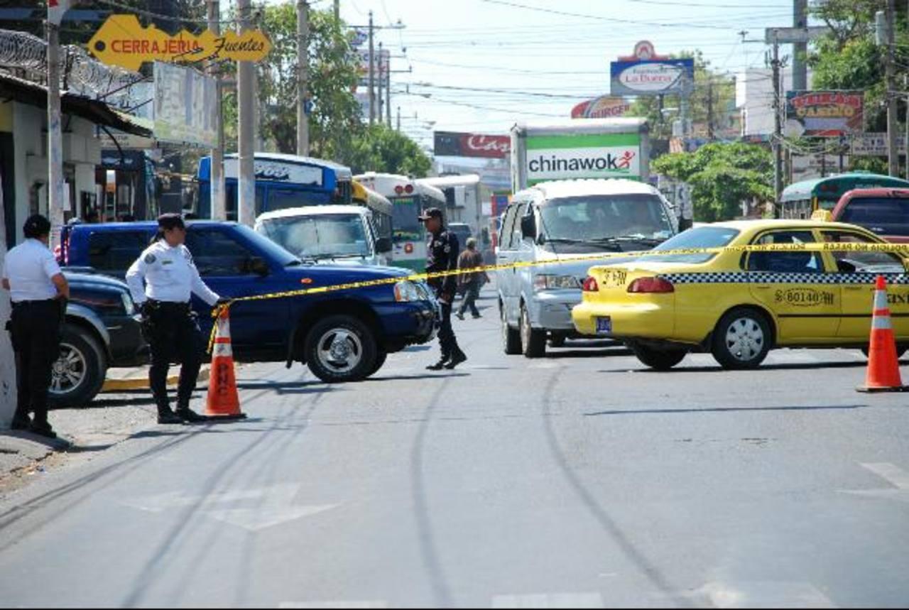 Policías impiden el paso en una calle céntrica de la ciudad de San Miguel por la visita de Funes. foto edh / lucinda quintanilla