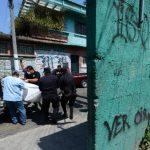 Policías retiran el cadáver de Daniel Lizama, hallado dentro de un apartamento en Soyapango. Foto EDH / Jaime Anaya