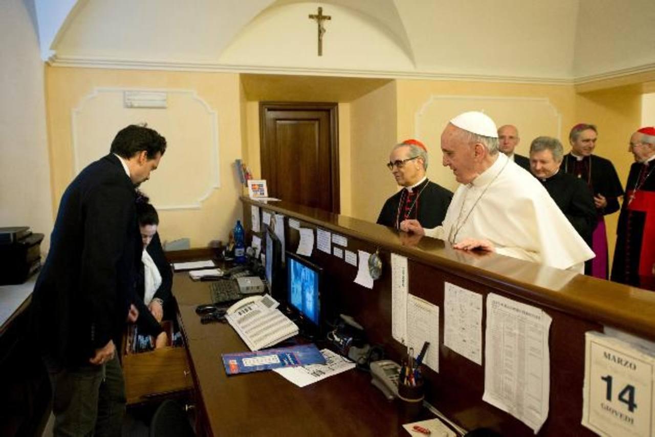El Papa en la recepción de la residencia Domus Internationalis Pauls IV pagando su estancia previa al cónclave. Foto EDH / efe