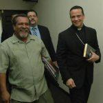 Raúl Mijango (izquierda) es uno de los mediadores de la tregua entre pandillas. FOTO EDH Archivo.