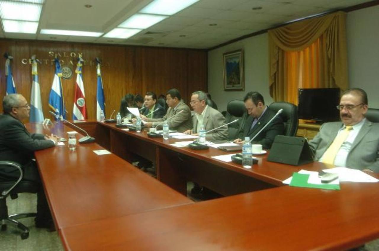 Gregorio Sánchez Trejo, presidente de la Corte, (izquierda) es entrevistado por diputados que escogerán a magistrados de dicha entidad. foto edh / jorge reyes