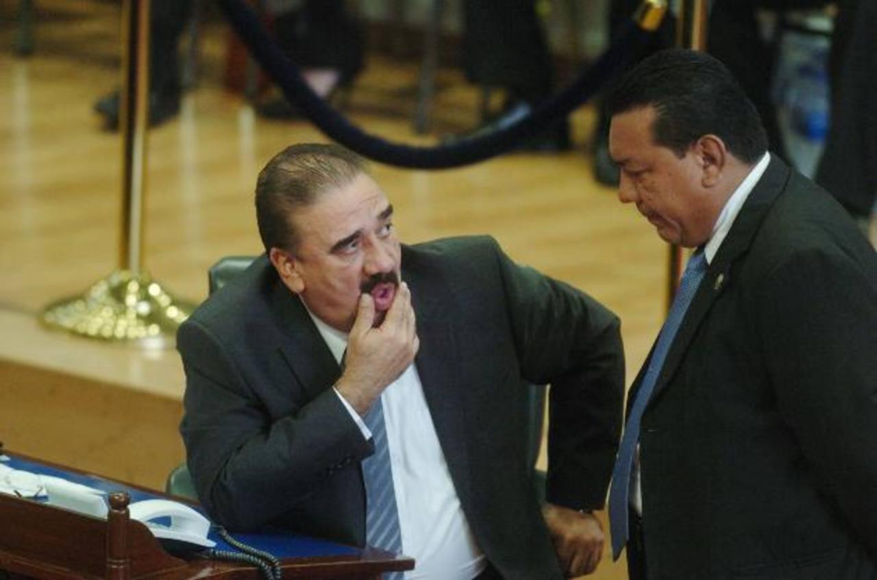 El jefe de fracción de ARENA, Donato Vaquerano, observa a su colega diputado de Gana, Mario Tenorio. foto edh / jorge reyes