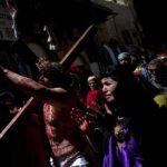 Fieles católicos representan la crucifixión de Jesús en las calles de la vieja Jerusalén.