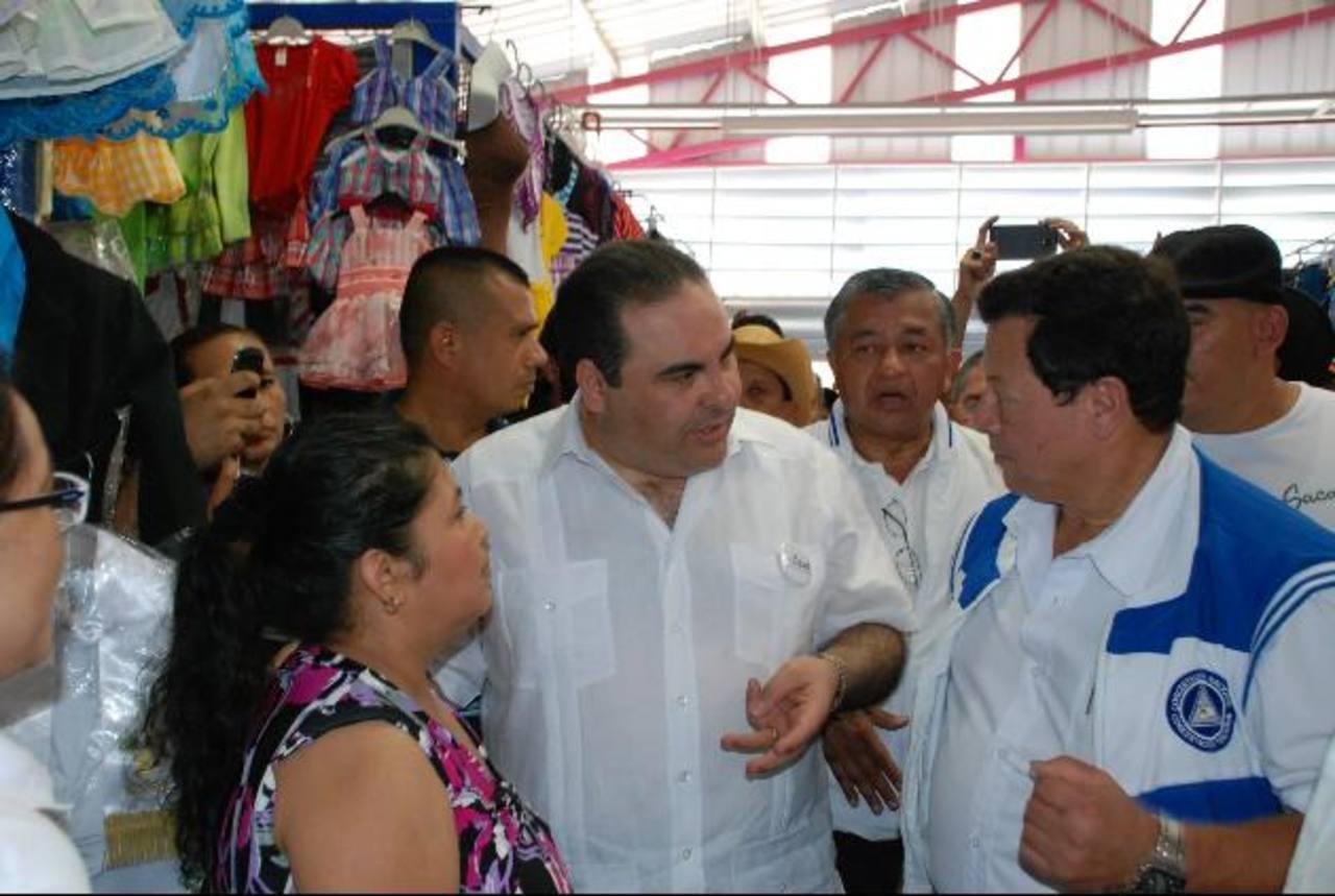 Saca conversa con el diputado Almendáriz. foto EDH / iris lima