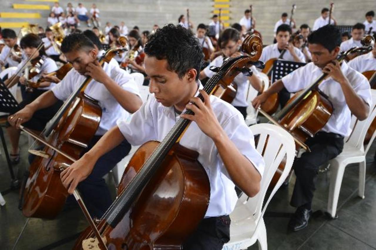 Los niños y jóvenes de la Orquesta Sinfónica del Polígono Industrial Don Bosco acompañaron la ceremonia inaugural del Proyecto Educación para la Niñez y Juventud. Foto EDH / Marvin Recinos