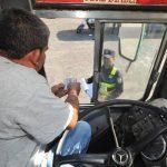 Agentes verificó exigió los carnet a los motoristas del transporte público. Foto EDH / ericka chávez