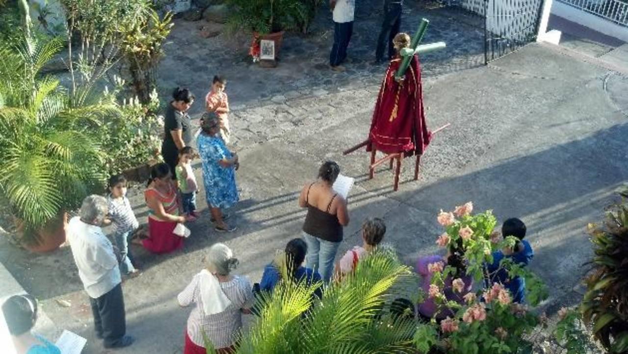 No menos de unos 20 fieles acompañan la imagen del Nazareno a la hora de salir de la iglesia de San Luis del Carmen, en la zona sur de Chalatenango, para el Vía Crucis. foto edh / Maynor Ruiz