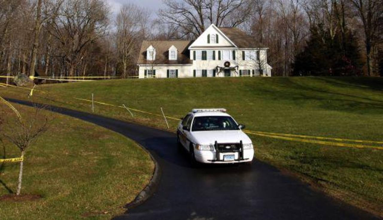 Un coche de la policía abandona, el pasado 18 de diciembre, la casa donde Adam Lanza vivía con su madre. FOTO EDH