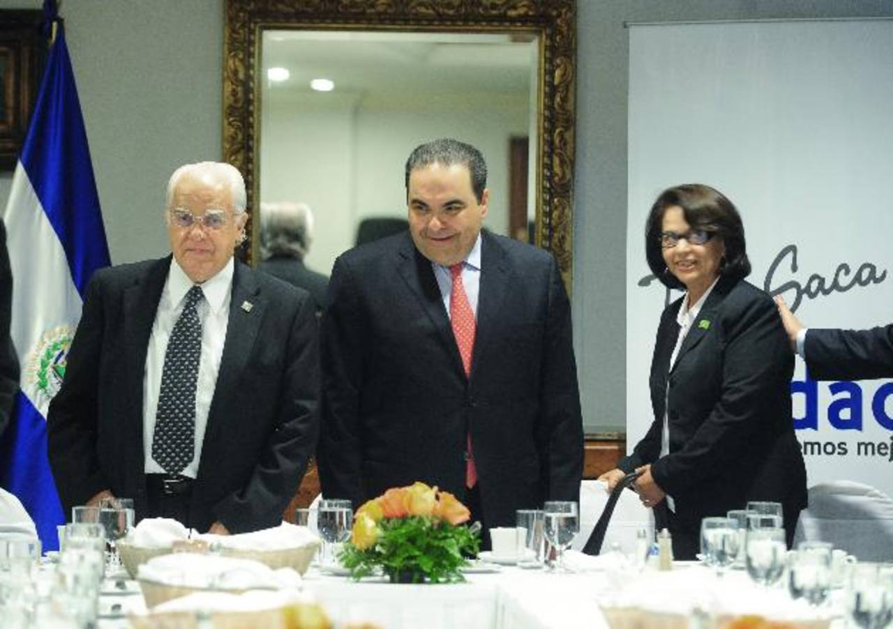 Jorge Ocejo (izquierda), presidente de la ODCA, y Ana G. Martínez junto a Antonio Saca, de Unidad. Foto EDH / lissette lemus