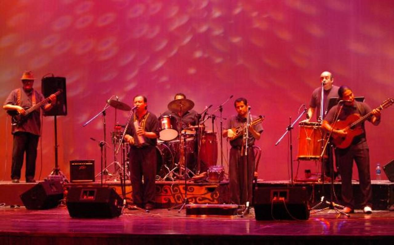 Los asistentes pueden apreciar el uso de instrumentos como marimba, zampoñas y otros.