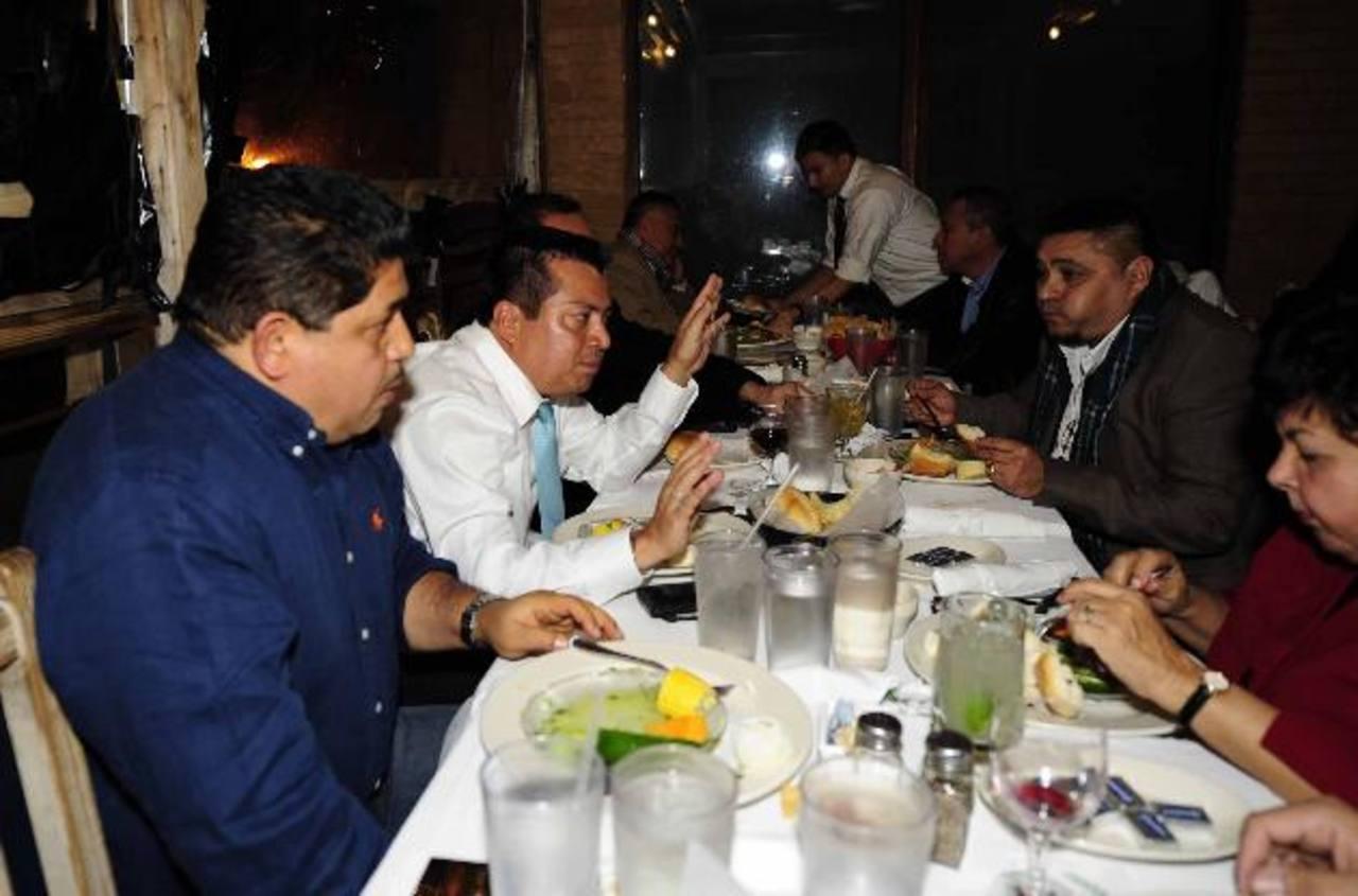 Leonel Flores (camisa blanca) visitó recientemente a compatriotas en Washington, Estados Unidos. Foto EDH /archivo