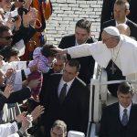 El Papa Francisco deleita a los feligreses al sumergirse en la multitud. Foto Agencias