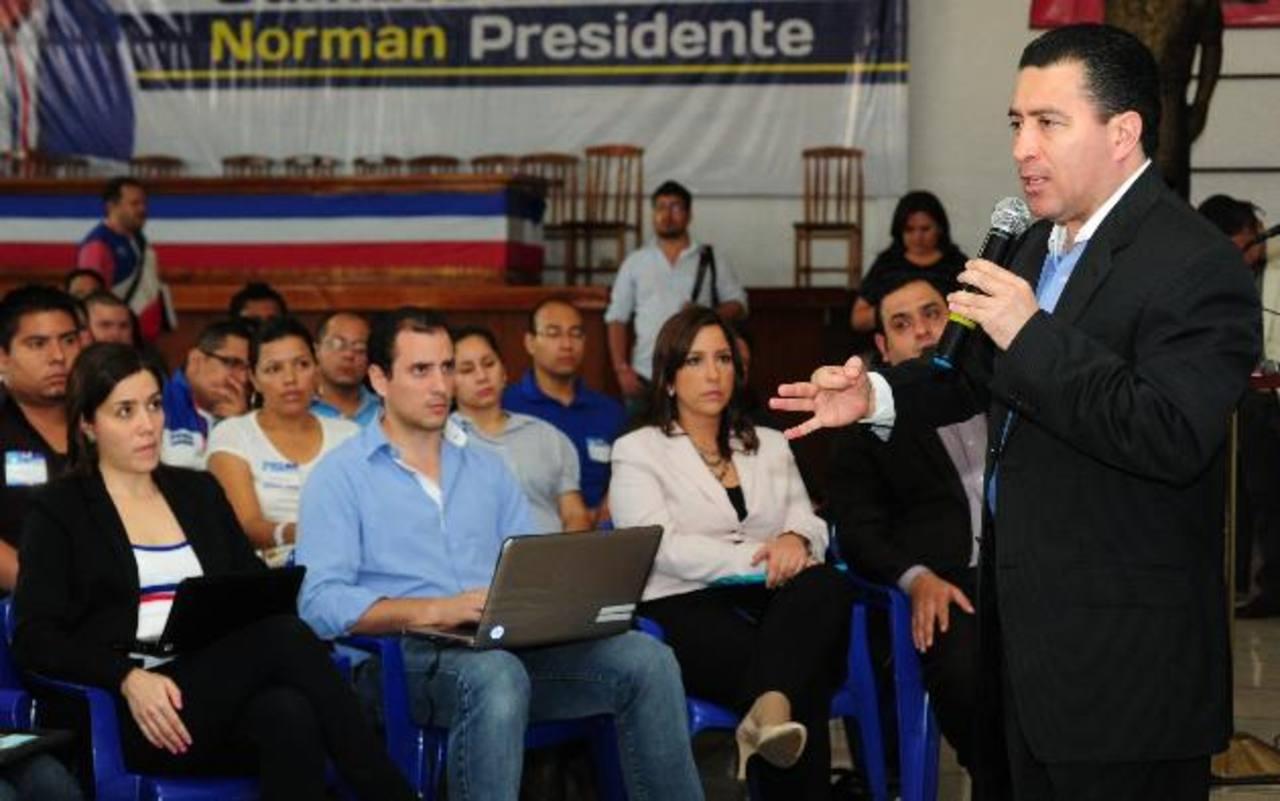 René Portillo Cuadra al momento de responder algunas preguntas de los jóvenes del partido ARENA. Foto EDH /Mauricio Cáceres