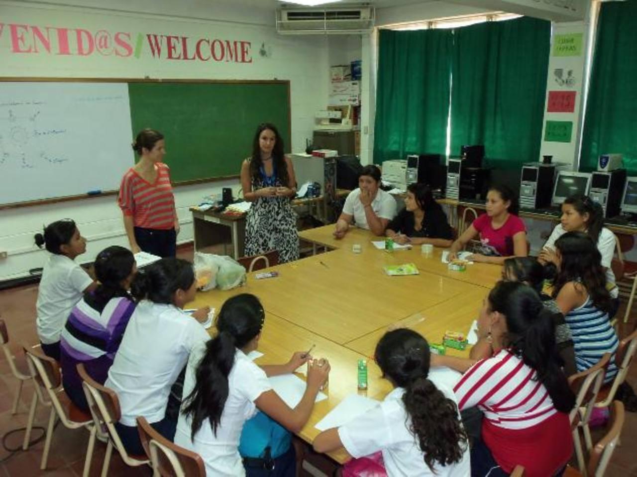 Voluntarias ayudan a las niñas proporcionando una formación integral para que en el futuro puedan abrirse camino y destacar. Foto EDH
