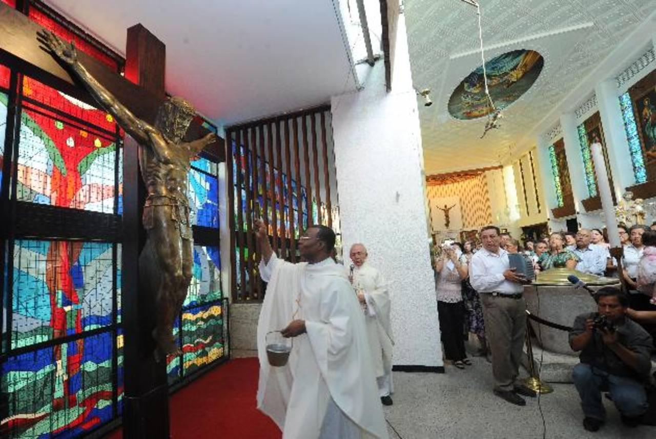 Monseñor Dieudonné Donatou, encargado de negocios de la Nunciatura, le dio la bendición a esta imagen que ya se encuentra en el templo. Foto EDH / Douglas Urquilla