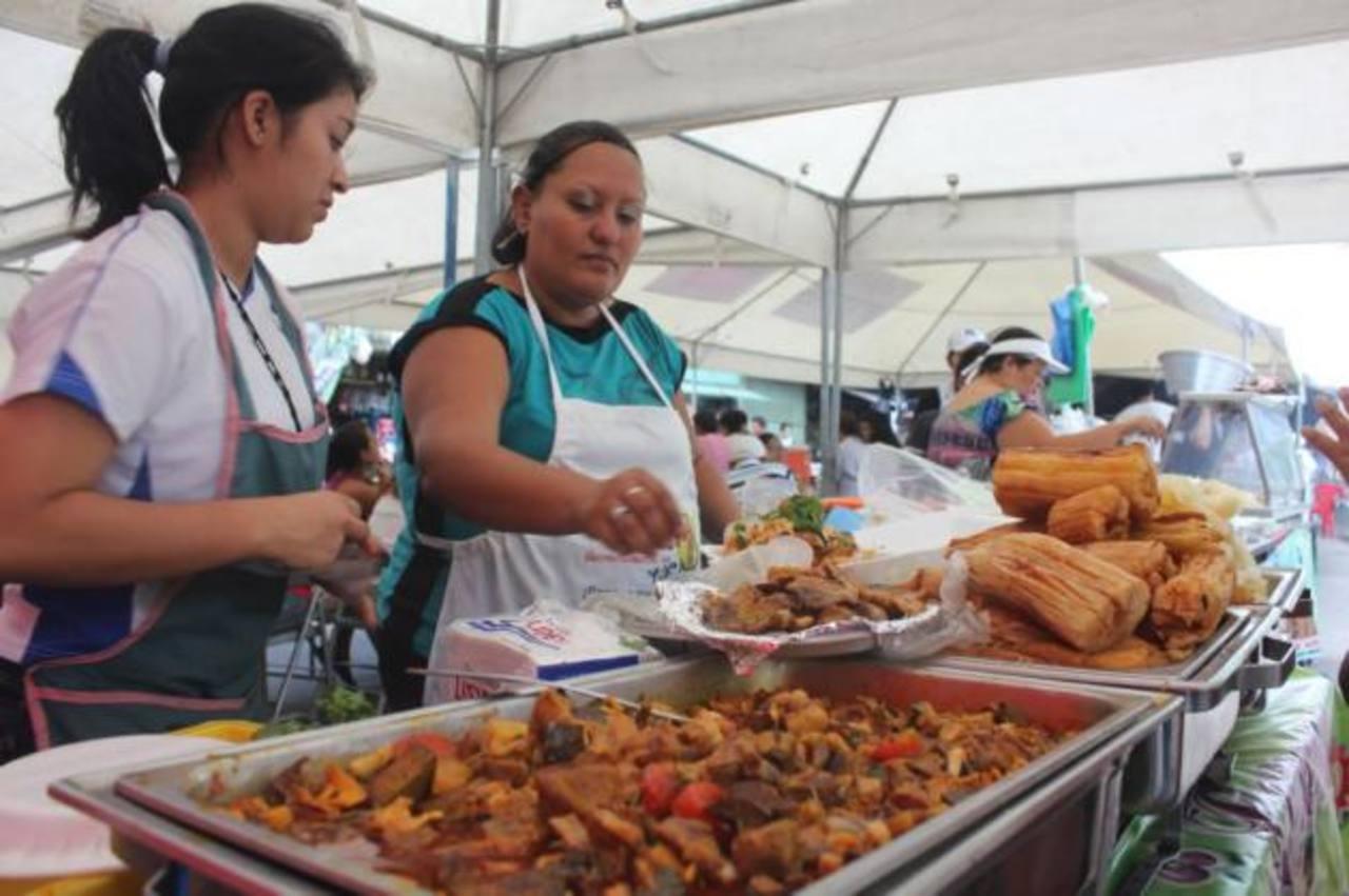 Entre los platillos había la deliciosa yuca frita con merienda. Foto EDH / cortesía