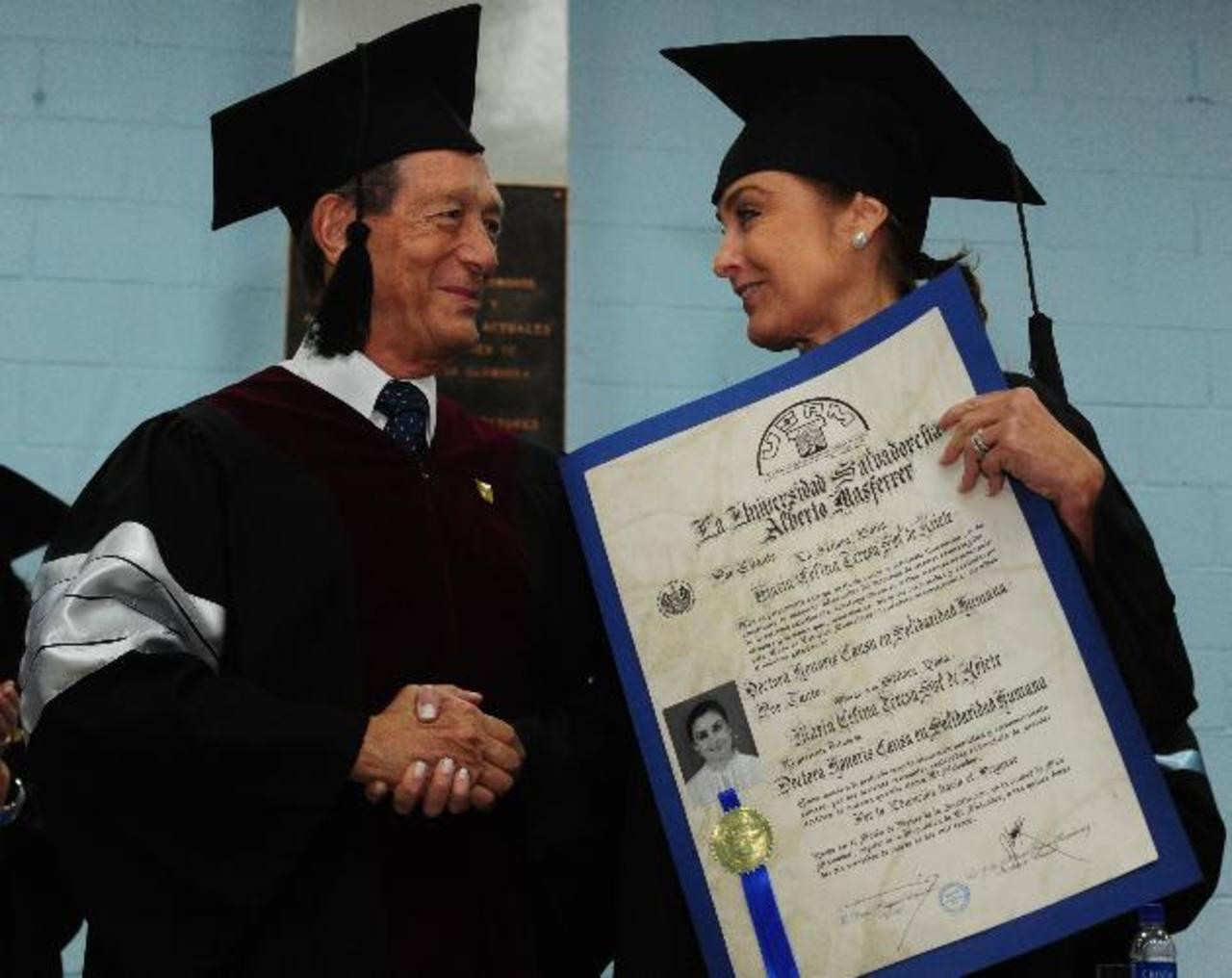 César Augusto Calderón, rector de la USAM, entrega el título a Celina de Kriete, directora ejecutiva de Fundación Gloria de Kriete. foto edh /Mauricio Cáceres