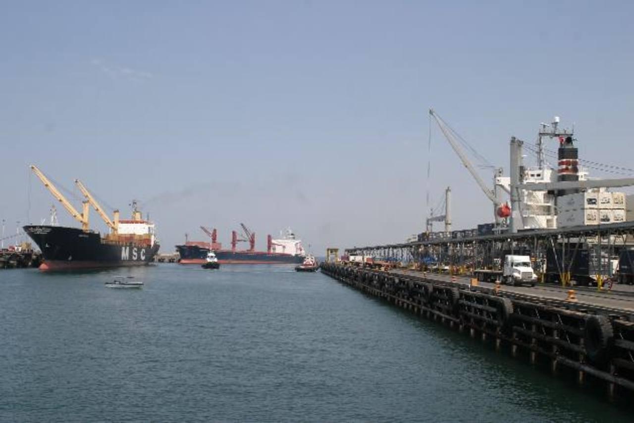 Acajutla tiene la profundidad requerida, pero no grúas para barcos Post-Panamax. EDH / archivo