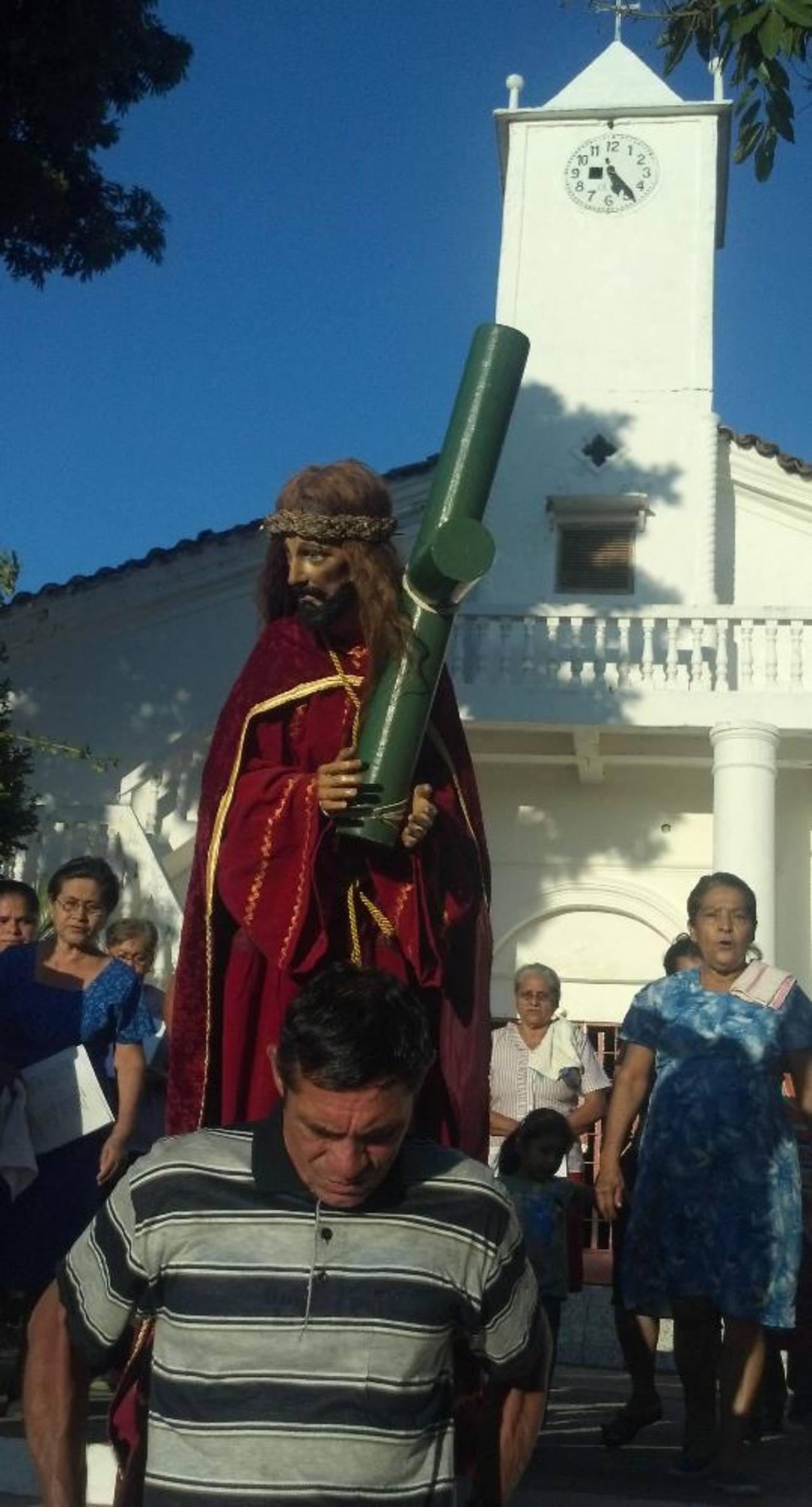 Feligreses a la hora de salir con la procesión de la iglesia de San Luis del Carmen. foto edh / Maynor Ruiz