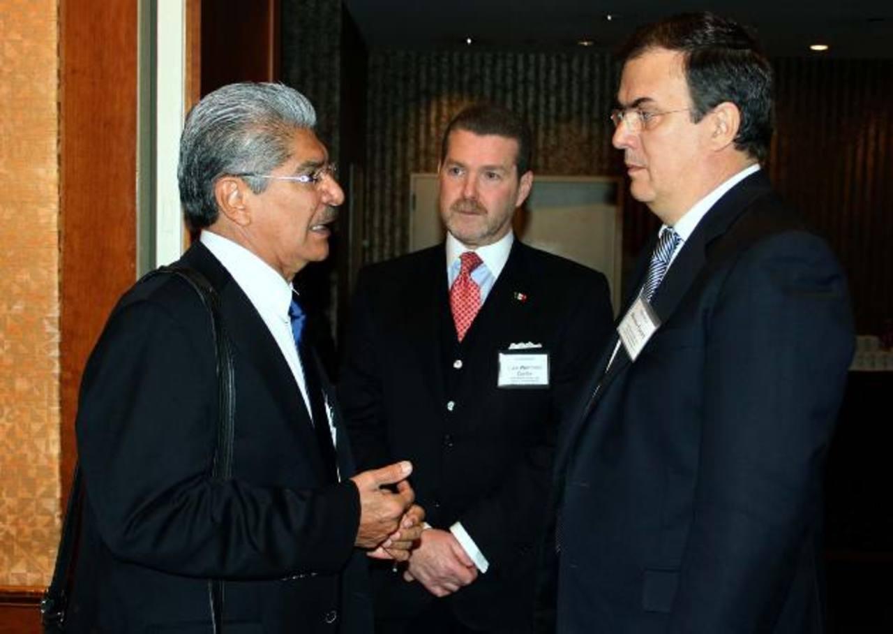 Norman Quijano (der.) conversa con representantes de la Red Global de Ciudades Más Seguras, en Nueva York. Foto EDH