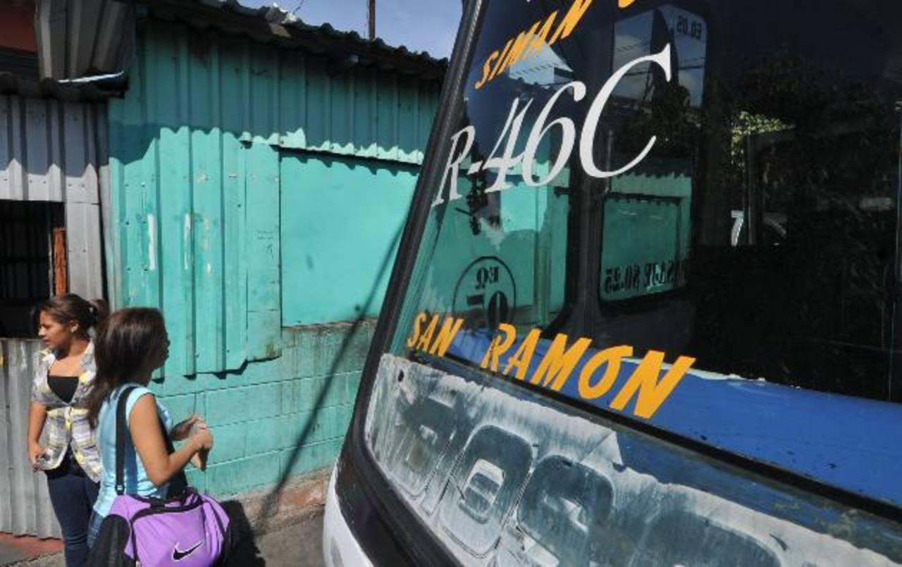 De 56 microbuses de la ruta 46 B y C, 29 perdieron el permiso de línea por decisión del Vmt. Foto EDH / Archivo