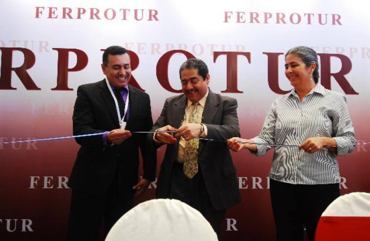 Raúl Rivas, presidente de Pces; Roberto Viera, de Corsatur y Carmen de García, vicepresidenta de APH de El Salvador. foto edh /m. hernández