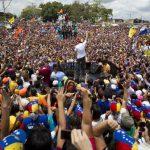 El candidato opositor Henrique Capriles (c) durante el discurso a sus seguidores ayer, en la localidad de Maturín, estado Anzoategui. foto edh / reuters