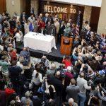 Cientos de personas se congregan para ver al gobernador de Colorado, John Hickenlooper promulgar la ley que reconoce las uniones civiles homosexuales. Foto/ AP