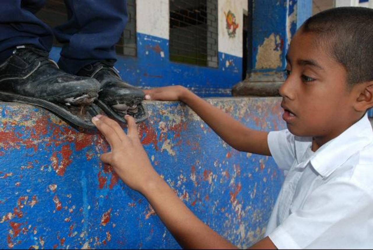 Hay estudiantes que aún llegan con el calzado en malas condiciones. Foto EDH / CRISTINA DÍAZ